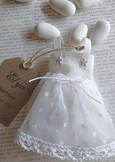 Cette petite robe en coton blanc et jupon en voilage plumetis à pois blanc est un joli cadeau à offrir à vos invités lors du baptême de votre bébé. Il peut être assorti au faire part petite robe blanche de baptême n°1 que vous retrouverez sur ma boutique Envie dA. Il est composé : - dune Distintivos Baby Shower, Baby Shower Favors, Baby Shower Gifts, Baptism Favors, Wedding Favours, Baby Baptism, Christening, Communion, Little Dolly