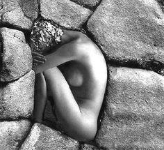 Depois de tantas buscas, encontros, desencontros, acho que a minha mais sincera intenção é me sentir confortável, o máximo que eu puder, estando na minha própria pele. É me sentir confortável, mesmo convivendo com tantas perguntas que o tempo não respondeu e com a ausência de qualquer garantia de que ele ainda responda. É me sentir confortável, mesmo entendendo que as respostas que tenho mudarão, como tantas já mudaram, e que também mudarei, como eu tanto já mudei.  Ana Jácomo
