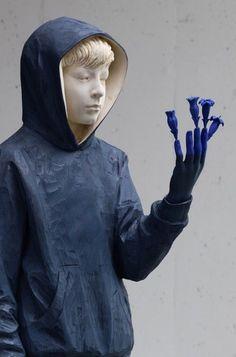 Le sculpteur Italien Willy Verginer réalise ces sculptures grandeur nature à partir de gros blocs de bois qu'il dégrossit à la tronçonneuse pour ensuite leur donner leur forme finale. - The wooden sculptures of Willy Verginer