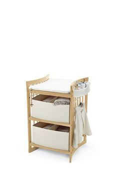 Stokke® Care er et stellebord som gjør bleieskift til en hyggelig stund. Stellebordet er utformet slik at barnet ligger høyt og vendt mot deg i stedet for sidelengs. Dette skaper rom for øyekontakt, lek og samspill, samtidig som stelling blir langt enklere. God plass under stellebordet gir rom for den voksnes føtter så man kommer nærmere.
