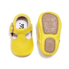 Flexible, versatile, unisex and soft genuine cow leather classic t-strap Mary Jane, perfect for first walkers. Baby Boy Shoes, Crib Shoes, Toddler Shoes, Girls Shoes, Newborn Shoes, Baby Accessoires, Ballerina, Leather Baby Shoes, Walker Shoes