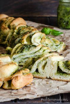 Braided Basil Pesto Bread - Mediterranealicious Savory Pastry, Savoury Baking, Baking Breads, Basil Bread Recipe, Bread Recipes, Baking Recipes, Crockpot Veggie Lasagna, Babka Bread, Babka Recipe