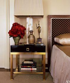 Irreverente e com uma criatividade genial que fez história durante seus anos como designer da Louis Vuitton, o estilista Marc Jacobs mostra uma outra faceta na casa onde mora, no Greenwich Village em NY: a townhouse de 4 andares tem um estilo de decoração inspirada nos anos 70, com cores bem neutras e uma atmosfera …
