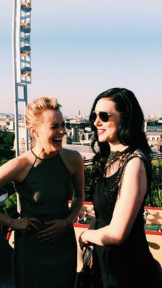 Taylor Schilling and Laura Prepon Oitnb Cast, Taylor Schilling Laura Prepon, Donna Pinciotti, Lgbt, Alex And Piper, Sabrina Claudio, Orange Is The New Black, Film Serie, Hey Girl
