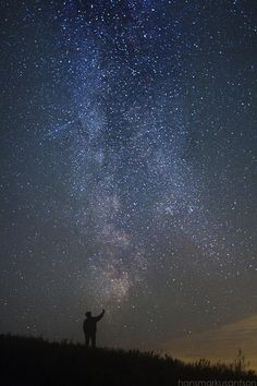 Touching the edge of the Milky Way, Estonia - photo via Láctea Background Wallpaper Tumblr, Night Sky Wallpaper, Midnight Sky, Night Vibes, Epic Photos, Sky Art, Big Sky, What A Wonderful World, Beautiful Sky