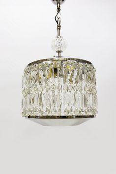 € 265.00 - Design hanglamp. Langwerpige glazen kralen, facet geslepen. De kralen hangen tussen een chromen boven en onderkap. De hanglamp dateert uit ca. 1950