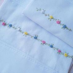 Delicado e encantador! Conjunto de fraldas bordado à mão com mini flores em rococó. #fraldas #maternidade #enxovalbebe #newborn