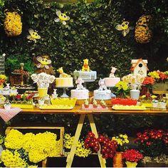 Festinha linda do ursinho Pooh por @conceptparty. Adoro festa florida! #kikidsparty