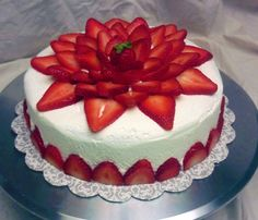 Nice Strawberry Cake Decorating Ideas for Pin By Robyn Degaetano On Baking Tutorials In 2019 Photo Strawberry Birthday Cake, Fresh Strawberry Cake, Strawberries And Cream, Easy Cake Decorating, Cake Decorating Techniques, Decorating Ideas, Strawberry Cake Decorations, Cake Decorating With Strawberries, Cake Decorated With Fruit