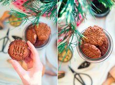 Těšíte se na Vánoce? Jasně, že ano. My máme Vánoce spojeny se spoustou příjemného. Ti mlsnější znás se vždycky těší na cukroví :-). Cukroví připravujeme bez přidaného cukru, lepkku a laktózy. Opár tipů se chceme podělit.