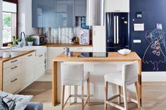 Aranżacja kuchni nawiązuje do natury. Kuchnia z salonem w stylu skandynawskim jest  jasna i funkcjonalna. Mała kuchnia wydaje się większa, dzięki otwarciu  na salon i jadalnię. W galerii: zdjęcia kuchni.