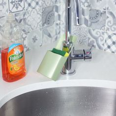 6 Brilliant Ways to Reuse Your Leftover Shampoo Bottles.- Have any shampoo bot Brilliant Ways to Reuse Your Leftover Shampoo Bottles.- Have any shampoo bottles lying around? Check out these great ways to repurpose Pop Bottles, Bottle Vase, Oil Bottle, Glass Bottles, Shampoo Bottles, Diy Shampoo, Office Wall Organization, Organization Ideas, Organizing Tips