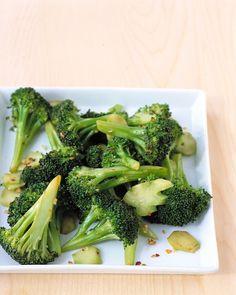 SPICY BROCCOLI W/GARLIC  1 1/2 pounds broccoli  4 1/2 tablespoons olive oil  1 clove garlic, minced  1/4 teaspoon salt  1/8 teaspoon crushed red pepper  1 1/2 teaspoons vinegar  3/4 cup water