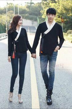 Modern adaptation of hanbok. Korean Traditional Clothes, Traditional Fashion, Traditional Dresses, Korean Dress, Korean Outfits, Modern Hanbok, Couple Outfits, Korean Model, Japan Fashion