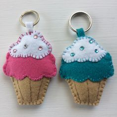 Cupcake-shaped keychain made in felt. It has 9cm of height, contains ring. The price corresponds to each of the keychains. 100% handmade