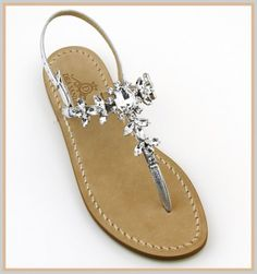 Sandali Marina Grande Sandali Marina Grande Modello infradito con listini in pelle laminato color argento. Luce, scintillio allo stato puro, questa è la caratteristica delle pietre utilizzate in questo sandalo rendendolo sfavillante, perfetto!
