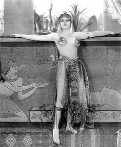 Silent Movie actress Theda Bara in some of her famously risqué costumes from the 1917 film Cleopatra. I find it quite amazing how small and skimpy her costumes are (although they're not all terrifi. Vintage Hollywood, Hollywood Glamour, Classic Hollywood, Hp Lovecraft, Silent Film Stars, Movie Stars, Old Photos, Vintage Photos, Cincinnati
