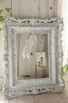 Starting the week with a lot of romance, with touches of shabby chic. Starting the week with a lot of romance, with touches of shabby chic. Casas Shabby Chic, Shabby Chic Mode, Style Shabby Chic, Shabby Chic Living Room, Shabby Chic Bedrooms, Shabby Chic Decor, Small Bedrooms, Guest Bedrooms, Shabby Chic Wall Art