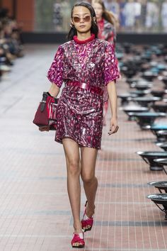 See all the Collection photos from Kenzo Spring/Summer 2014 Ready-To-Wear now on British Vogue Couture Fashion, Runway Fashion, Spring Fashion, Fashion Show, Fashion Outfits, Fashion Design, Paris Fashion, Kenzo, Spring Summer