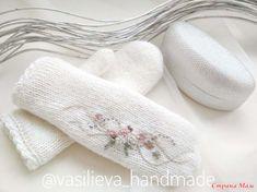Доброго времени суток, девчата!  На тему этого популярного аксессуара уже писано-переписано, говорено-переговорено... Crochet Gloves, Knit Mittens, Crochet Scarves, Knitted Hats, Basic Embroidery Stitches, Flower Embroidery Designs, Knitting Designs, Knitting Projects, Crochet Baby