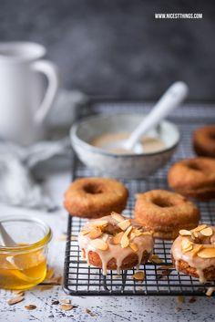 Ein Rezept für Honig Donuts oder Doughnuts mit Honigglasur und gerösteten Mandeln