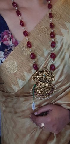 Temple silver jewellery - Nakash temple jewellery, in ruby carved beads - Pearl Necklace Designs, Beaded Jewelry Designs, Jewelry Design Earrings, Bead Jewellery, Gold Earrings, Gold Ruby Necklace, Hair Jewellery, Latest Jewellery, Fashion Jewelry Necklaces