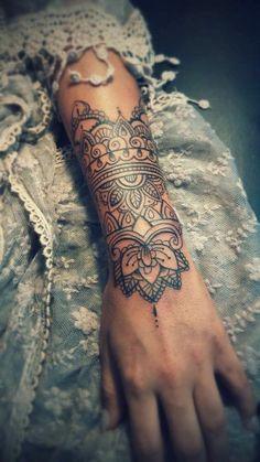 tattoo manchette, robe dentelle en bleu pâle, tatouage indien aux motifs floraux