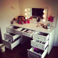 viele schubladen und leucher am spiegel für ein modernes schminktisch design - 25 kreative Schminktisch Ideen – Eleganz und Eigenartigkeit