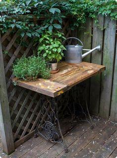 O jardim fica mais gracioso com a presença dos pés de máquina antigo. Um ideia bem legal!