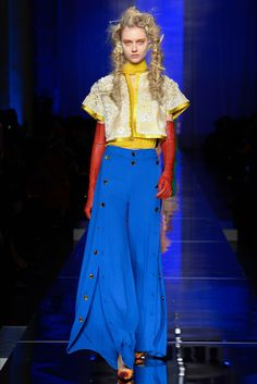 Take a look to Jean Paul Gaultier Haute Couture Spring Summer 2017collection: the fashion accessories and outfits seen on Parigi runaways.