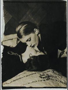 1930. Lee Miller Kissing a Woman, by Man Ray. Lee Miller embrassant une femme tête couchée, par Man Ray.