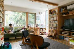 長谷邸の床や建具はすべて天竜杉を用いており、木のぬくもりたっぷり。窓の外には鮮やかな緑。