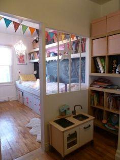 Rangement de chambre b b ikea un syst me de rangement astucieux pour la chambre de votre b b for Pinterest chambre enfant verriere