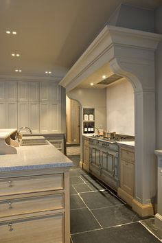 Drawer style in island. Themenos kitchen why yes, this is perfect for FLF, love the Design Hall, Küchen Design, Layout Design, House Design, Kitchen Hoods, New Kitchen, Grand Kitchen, Warm Kitchen, Stone Kitchen