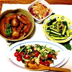 今夜の食卓メンバーは4名でした。 - 37件のもぐもぐ - 手羽先と新ジャガの煮物・紫玉ねぎレンジ蒸し、ダシダキュウリ・マッシュルームとほうれん草とトマト炒め by 美也子