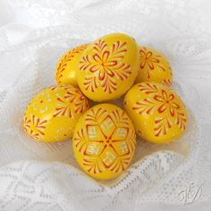 Kraslice - Velikonoční vajíčka - žlutá Egg Art, Egg Decorating, Line Design, Easter Eggs, European Countries, Painting, Czech Republic, Embellishments, Yellow