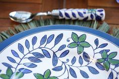 Sobre a mesa, um desejo antigo, apenas suculentas harmoniosamente dispostas em espuma floral pelo nosso querido Marcinho, da Milplantas. O arranjo se mostrou o complemento perfeito para pratose talheres da Coleção Cafezal by Tania Bulhões, combinados a sousplatsazul anil, dispostos sobre jogos americanos em palha verde, copose taçasborboleta em vidro azul, descansos de talher em bambu e guardanapos em algodãoverde, tudo também exclusivo da Tania Bulhões.