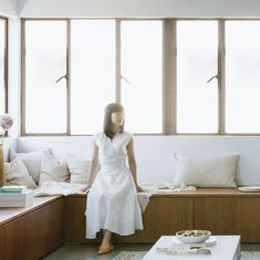 Japanese organizing expert Marie Kondo stopped by the ELLE Decor offices to share her top home organizing tips for Read her advice to ban clutter once and for all. Declutter Your Home, Organizing Your Home, Organizing Tips, Organising, Cleaning Tips, Marie Kondo, Home Organization Hacks, Minimalist Home, Elle Decor