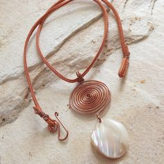 colar com pingente em fio de cobre e madrepérola com cordão de camurça sintética