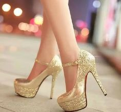 Gold glitter pumps #heels #shoes