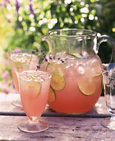 The Lavender Wedding Lavendel Limonade . oh ja! Refreshing Drinks, Summer Drinks, Fun Drinks, Alcoholic Drinks, Plafond Design, Pink Lemonade, Afternoon Tea, Smoothies, Food And Drink