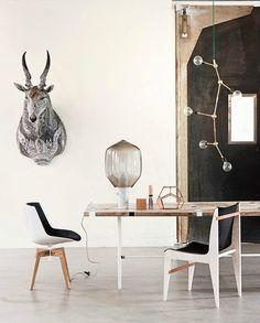 chaises basses bicolores [n & b], mobile en bois brut avec ampoules, mur en ardoise