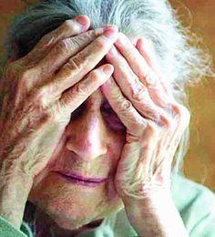 Una anciana aguantando gritos de su hija