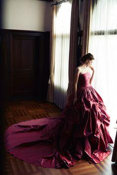 上品な大人ムードを演出するアンティークローズのカラードレス♪赤いカラードレス。花嫁衣装・ウェディングドレスの参考一覧まとめ♪