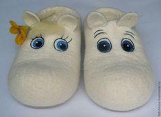 felt slippers, so gorgeous. Nuno Felting, Needle Felting, Baby Bootees, Sock Crafts, Felt Shoes, Felted Slippers, Handmade Felt, Felt Hearts, Wool Felt