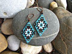 """Boucles d'oreille losanges ethniques ✫ en perles miyuki ✫ motif """"native…"""