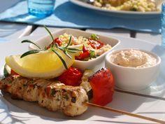Sitronmarinerte kyllingspyd med grillede grønnsaker, fetakrem og basilikumcouscous. Liker denne fetakremen best, siden den har timian i seg. Basilikumcouscousen er veldig god å enkel å lage