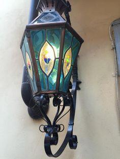 Vue par hasard cette magnifique lanterne à vitrail. Devanture d'un hôtel de Cunéo... Magnifique paterre en fer forgé  Nous sommes à votre disposition pour la création sur mesure de tous vos lustres et luminaires  www.i-lustres.com