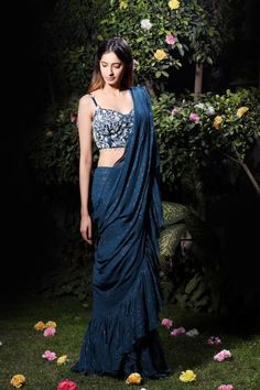 Top Latest Front and Back Saree Blouse Designs For 2019 - Buy lehenga choli online Trendy Sarees, Stylish Sarees, Fancy Sarees, Blouse Back Neck Designs, Saree Blouse Designs, Modern Blouse Designs, Lehenga Designs, Indian Wedding Outfits, Indian Outfits