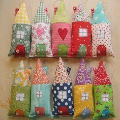maisons en tissus multicolores